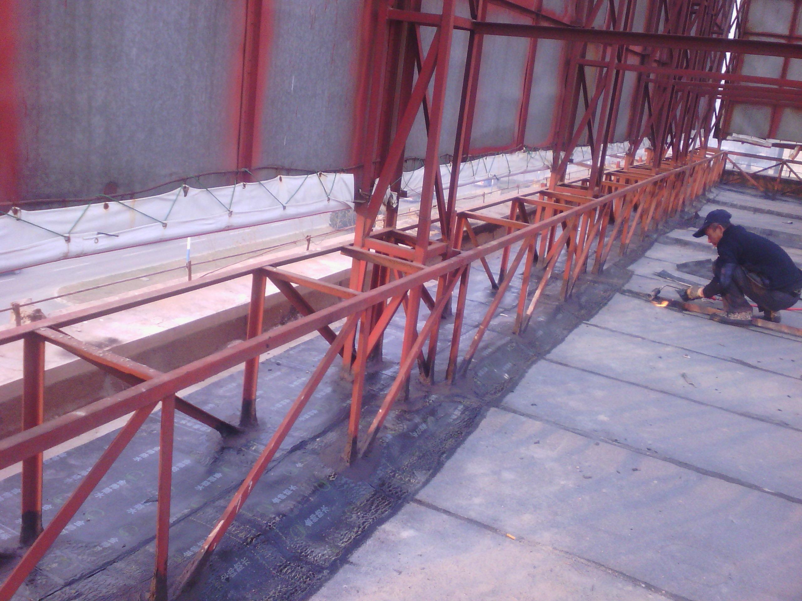 钢结构屋面改性沥青防水卷材施工-258