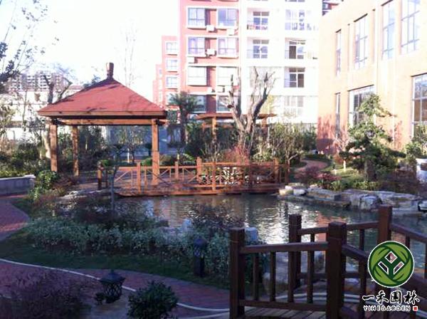 详细说明 杭州一禾园林景观工程有限公司专业别墅庭院景观设计,别墅庭院景观设计施工,别墅庭院景观设计绿化,别墅花园景观设计,小庭院景观设计等,拥有一方庭院是幸福的,因为可以把生活空间延续到自然中去。丰富的创造力会满足人们对自然的亲近感。将庭院布置的诀窍应用到户外空间,让户外空间与住宅融洽地结合。不论在庭院中的任何角落,都能创造出温馨、舒适、自然、和谐的氛围。其他说明水、花、石、木是跃动在庭院中的精灵,通过他们的奇妙变化,能够形成不同类型的庭院。以花、木为主的庭院四季不同,以山、石为主的庭院讲究造园的意境,水