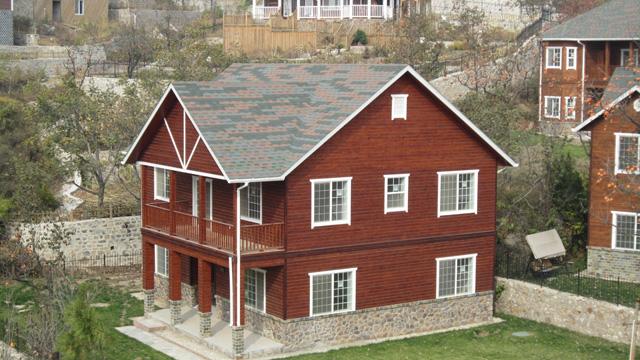 木屋木别墅 最突出的一个特点是保温能力强。与通常用的砖混或水泥墙体的隔热效果相比之下,木结构的墙体就像保温瓶胆,而普通砖混或水泥墙体就像玻璃杯。这也是为什么越来越多人喜欢住木结构小木屋原因之一。   木材是一种多孔性材料,导热系数小,导热能力低。木结构住宅利用夹层保温和空气屏障的原理,使住宅的保温能力甚佳。木材和石膏板都是热的不良导体,二者结合的框架结构形成相对封闭的室内空间。因此,无论是冬季取暖,还是夏季制冷,木结构住宅的能源消耗仅为砖混住宅的1/5,大大节省了能源费用。同时木材自身具备吸收和释放湿气的