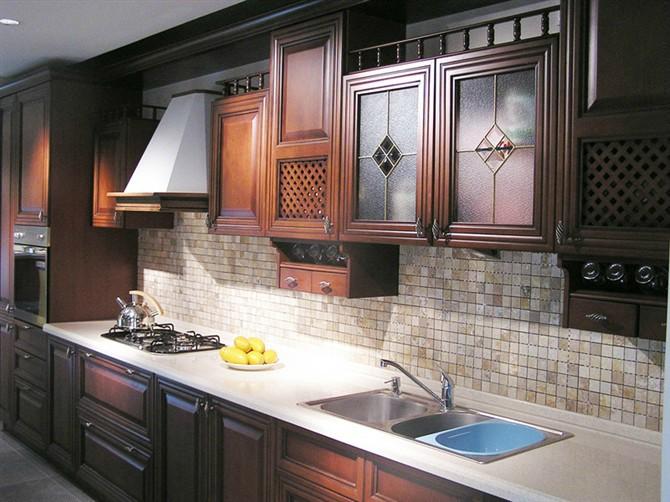 随着人们生活水平的提升,对厨房厨柜的要求,不仅要设计新颖,功能齐全,人们的消费装修观念改变,厨柜产品在装修中占据着越来越重要的地位。厨柜主要由柜体、门板、台面、金属件及其它配件组成,而门板作为厨柜的面子,和人的脸一样重要,又是在日常使用频率的部份,而且门板往往又是决定整套厨柜的风格、档次、价格的主要因素,其重要性不言而喻。随着厨柜越来越普及,门板的市场也越来越巨大。近几年晶钢门基本占领了配套家装的百分之90的市场,同时越来越大的市场也使得利润越来越低,商场如战场,面对越来越大的市场竞争,如何才能保证企业