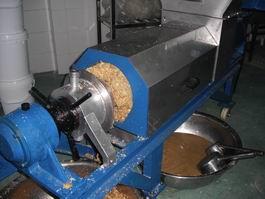 【廠家推薦】質量好的中藥渣壓榨機供應——新鄉強力雙螺旋生姜榨汁機