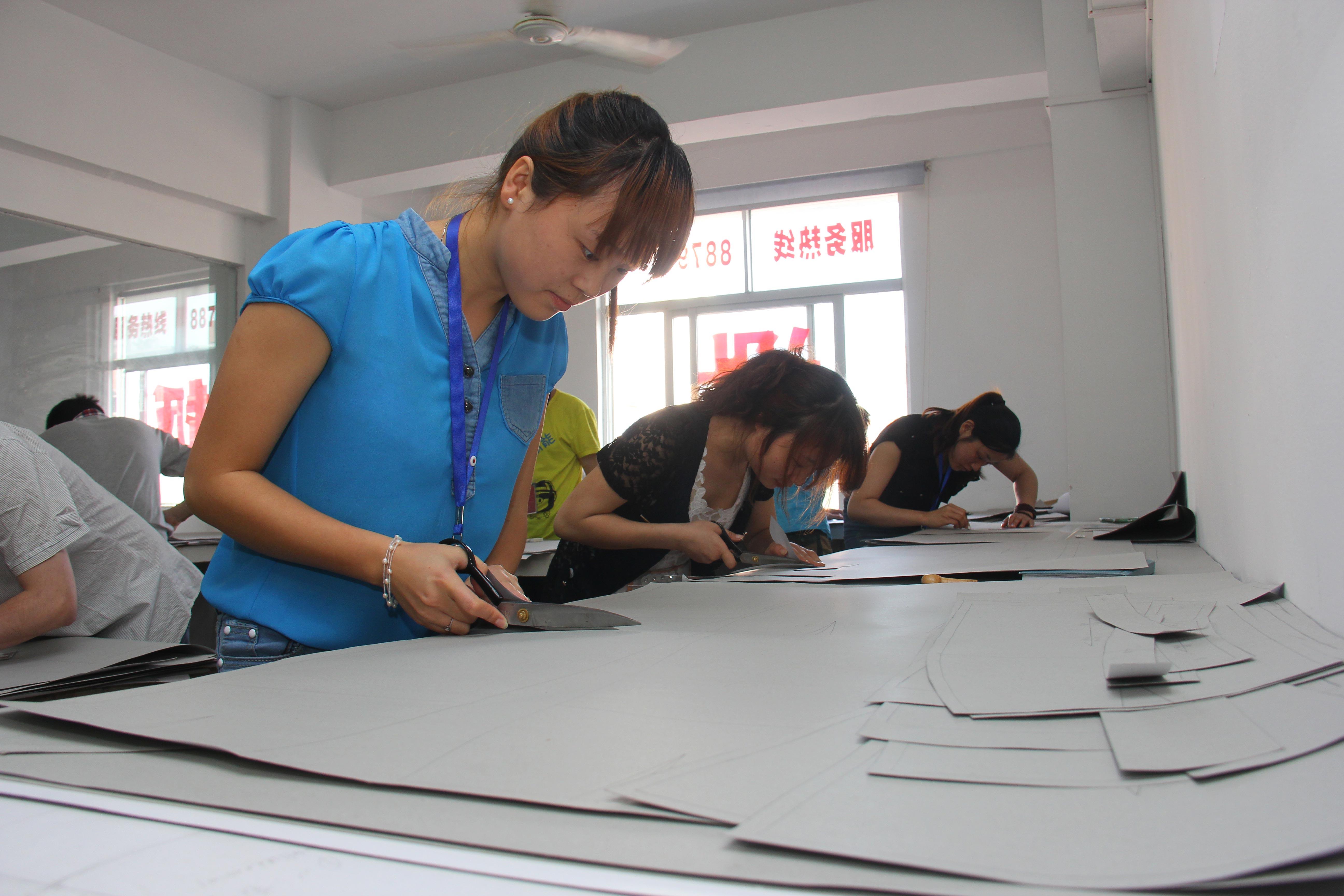 香港时装设计学院88  泉州服装设计打版学校