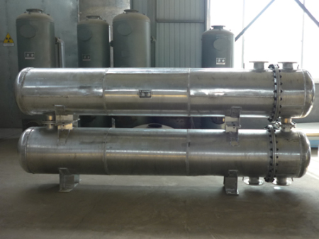 What are the main differences between desulfurization and denitrification equipment?