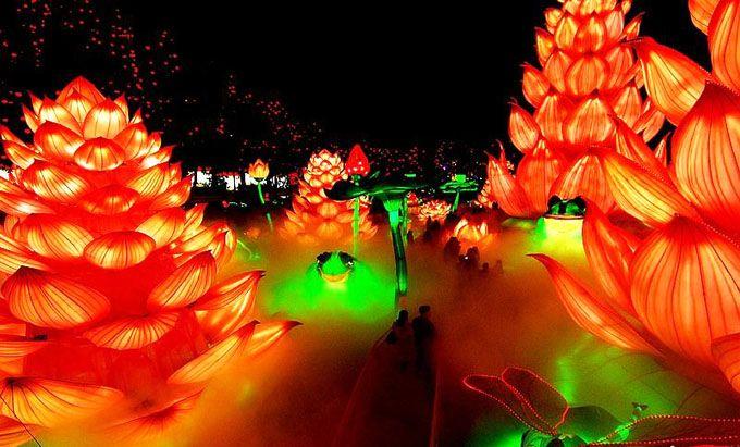 彩灯,是中国普遍流行,具有极高艺术价值的汉族传统工艺品。彩灯艺术也就是灯的综合性的装饰艺术。人民造就了灯会,灯会造福于人民。彩灯艺术为春节增添了喜庆气氛,春节到,全家一起看灯会,红红火火热热闹闹过新年。自贡灯会世界闻名,自贡彩灯造型万千。