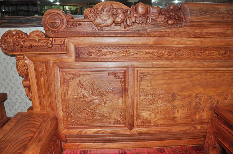 万家红红木家具,客厅沙发系列兰亭序沙发。 兰亭序沙发是一套七件套红木沙发,适合中小型客厅摆放,由源自于非洲的刺猬紫檀雕刻而成,一篇兰亭序,体现了沙发的高雅与书卷气,精湛的雕刻工艺,使得沙发刻画栩栩如生,从细节处入手,让沙发更加精湛。 刺猬紫檀纹理交错,梢部较直,结构较细而均匀,耐久,不开裂,不生虫,耐腐、颜色不褪,是红木家具的主要选择之一。