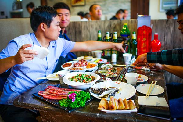到了济南我们可以去吃泰烧烤鱼英文