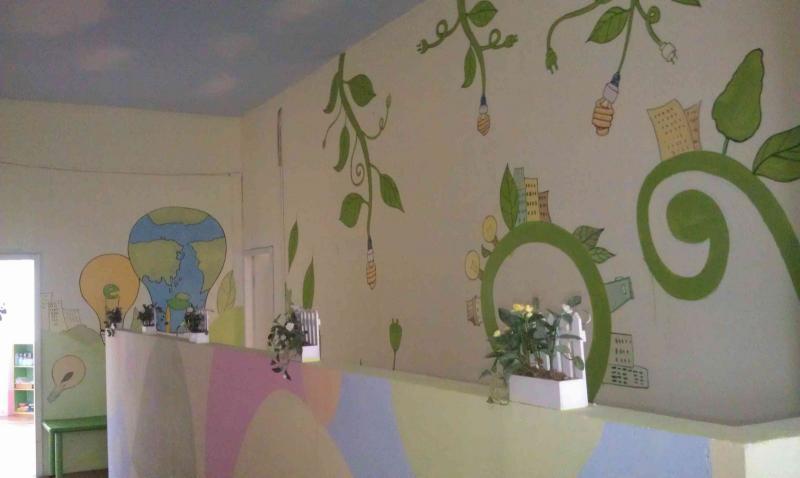 幼儿园彩绘就是指画在幼儿园外墙和教室内墙的一种装饰绘画。 一般来说幼儿园彩绘,要根据幼儿园的设计风格、教室的布格局布置等等来选择相应的绘画的内容的。幼儿园彩绘不仅能美化您的学校,更是您招生的金钥匙,幼儿园彩绘的好坏直接决定了您幼儿园的档次。 合肥大师手绘彩绘幼儿园彩绘,根据房间的用途,墙壁的位置来设计好相应的题材。 主题的选择要与教室的布置风格一致,墙画画稿的内容多是选一些幼儿喜爱的卡通画,也可以画一些风景画、故事画或抽象的画。 幼儿园彩绘景色应简单些,考虑到孩子们的认知程度 ( www.
