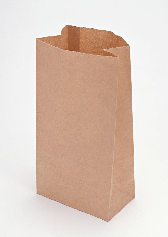 详细说明 牛皮纸袋是一种复合材料制作或纯牛皮纸制作包装容器,无毒、无味、无污染,低碳环保,符合国家环保标准,具有高强度、高环保,是目前国际上最流行的环保包装材料之一。 牛皮纸袋是以全木浆纸为基材,颜色分为白色牛皮纸和黄色牛皮纸,可在纸上采用PP料淋一层膜,起防水作用,袋子强度可以根据客户的要求制成一到六层,印刷和制袋一体化。开口和封底方式分为热封,纸封和湖底。 适用范围 化工原料,食品,医药添加剂,建筑材料,超市购物,服装等一切适用于牛皮纸袋包装的行业。