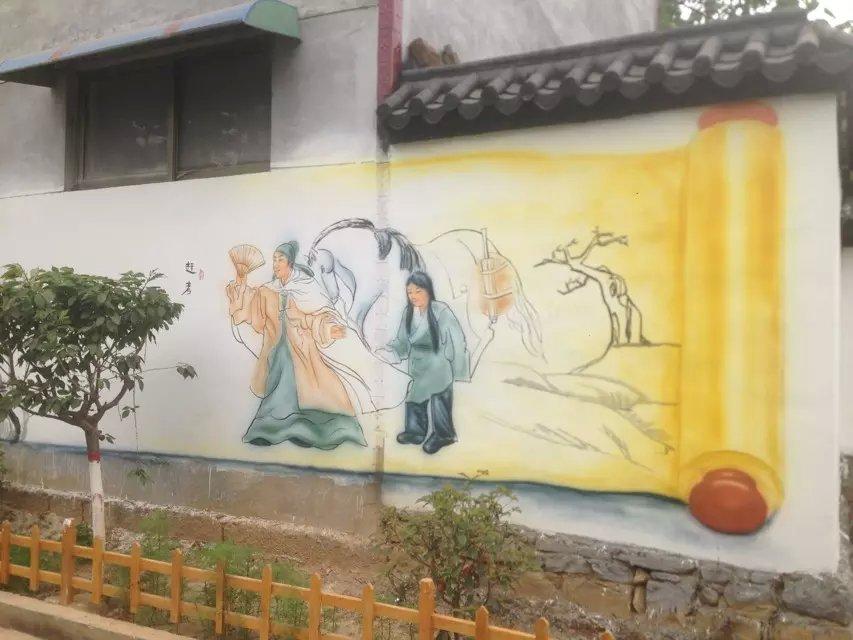 在中国年轻人家庭中特别受欢迎,其彰显个性、时尚、不乏创意的娱乐精神,一下就抓住了年轻人的心。以往街头涂鸦受到不少青年画师的喜爱,但往往对公共环境造成损害,因此街头涂鸦的发展在某种程度上受到限制。这些涂鸦的爱好者可以找到一种随意发挥的空间了,就是在家庭装修中大显身手。 墙体彩绘应用 室内墙体彩绘:电视背景墙、沙发背景墙、卧室、儿童房间墙画、餐厅、走廊、阳台、厨房等 商业墙体彩绘:幼儿园、寺庙古建筑、建筑楼体、工地外墙、厂房、通道立柱、天桥、广场主题壁、停车场、体育场 景观墙体彩绘:酒店大堂壁画、大堂天顶、会